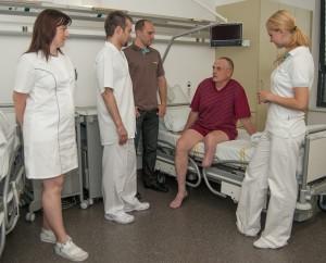 Zleva: zdravotní sestra, lékař, ortotik-protetik, pacient, fyzioterapeutka