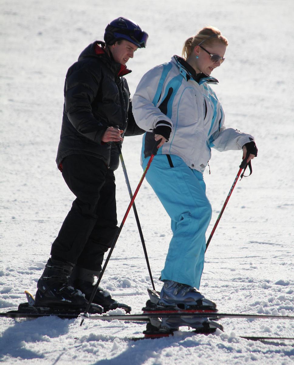 Roman už se postavil i na lyže. Na snímku s Hankou Kohoutovou.