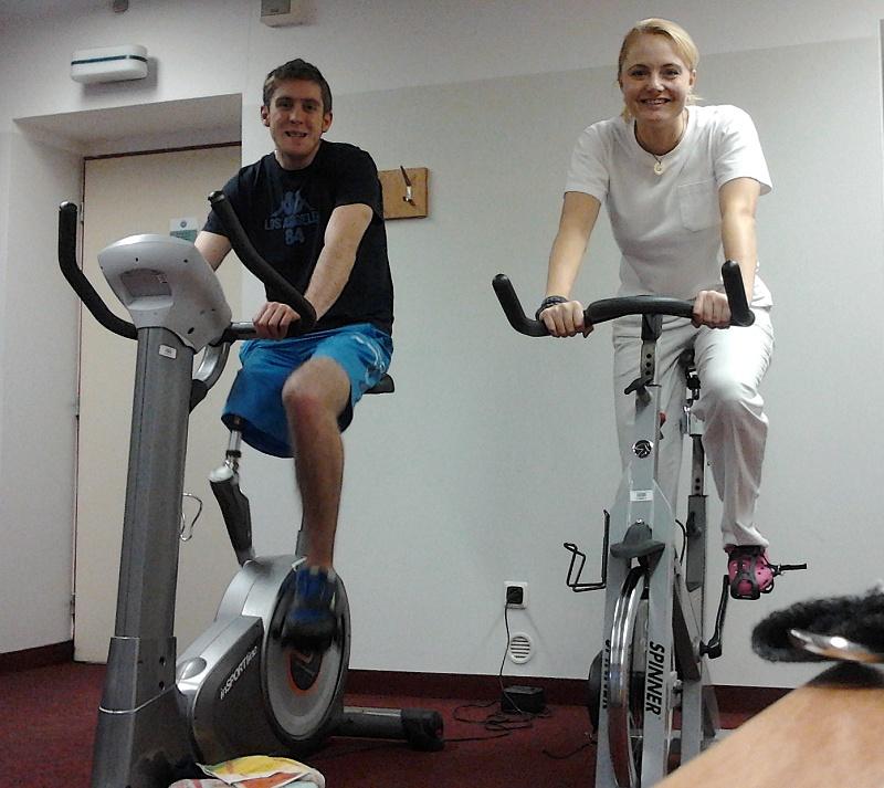 Roman trénuje na rotopedu s Hankou Kohoutovou.