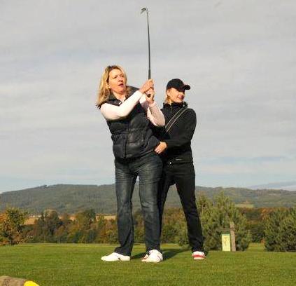 Zkouším golf s Hankou Kohoutovou.