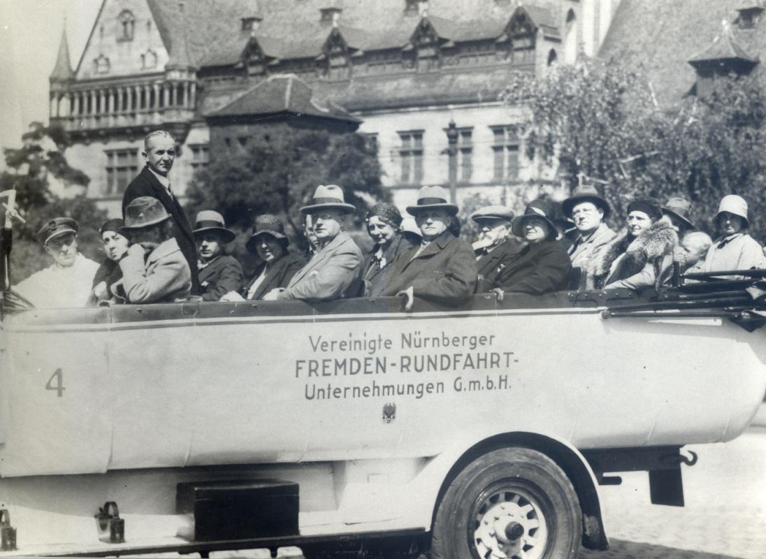 Vyhlídková jízda po Norimberku během sympozia. Manželé Bockovi v předposlední řadě, 1931.