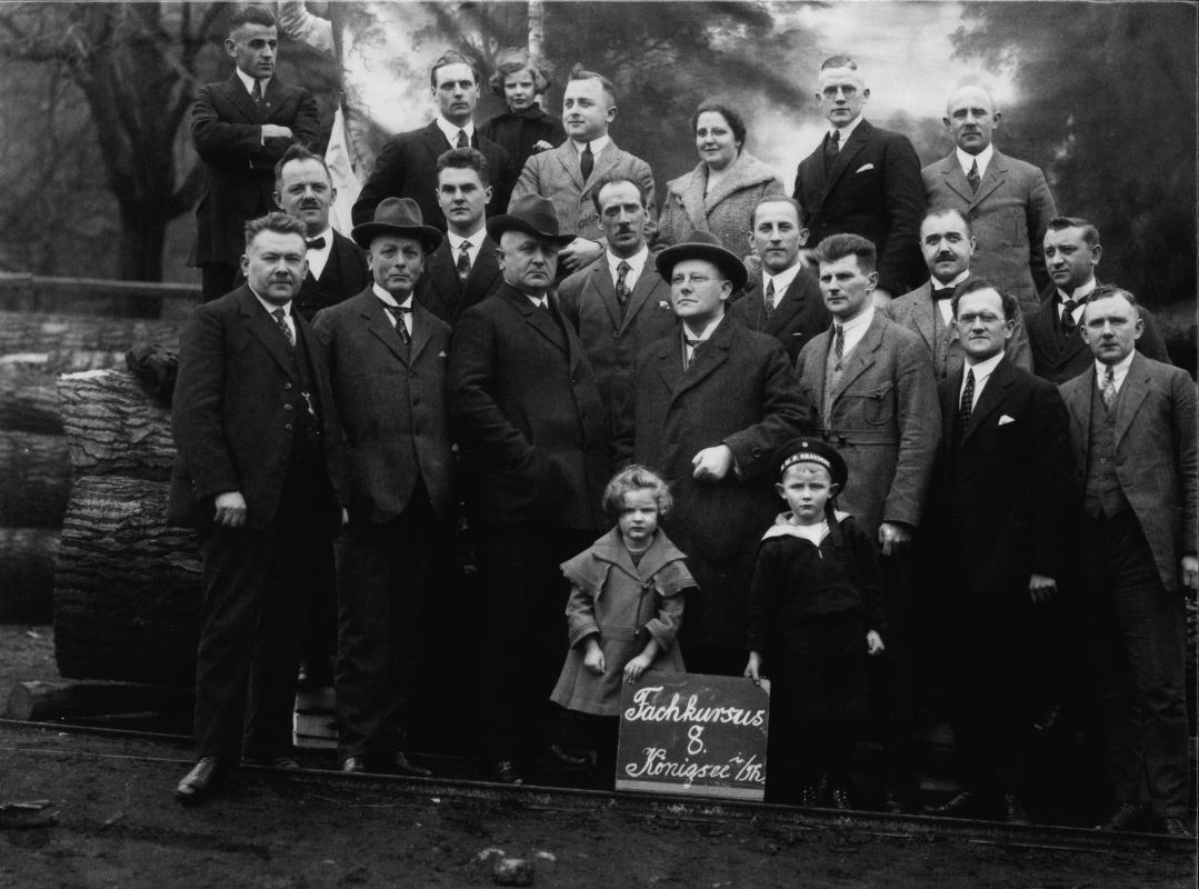 Mezi účastníky byly i Bockovy dcery Maria (vpředu) a Ursula (vzadu) a jeho žena Marie, 1926.