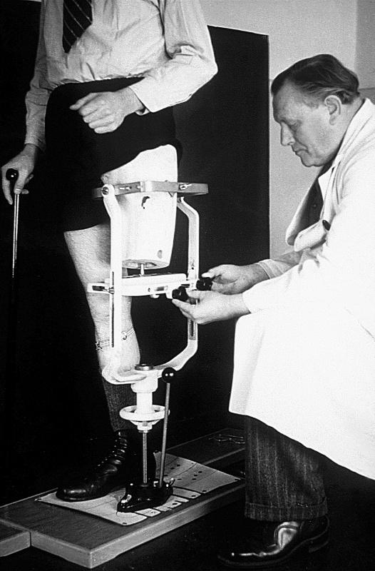 Otto Bock pracuje s balančním přístrojem.