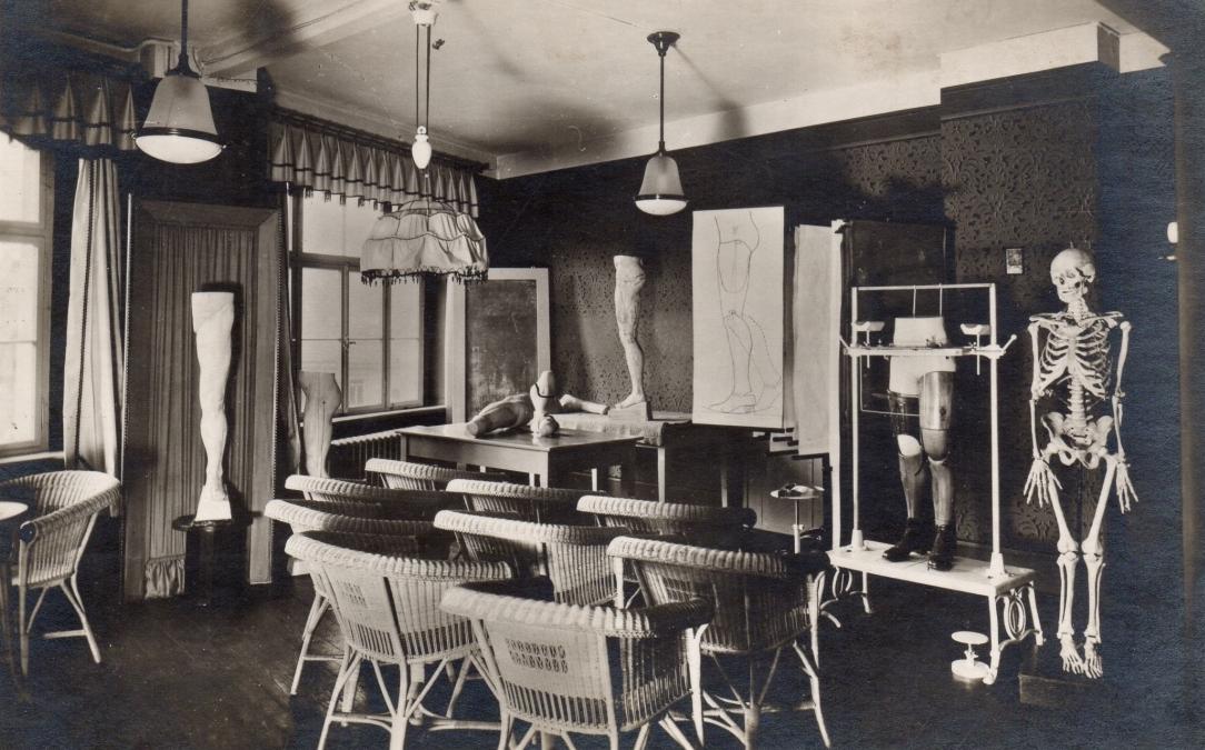 Seminární místnost se zařízením pro přesnou konstrukci protézy pomocí olovnice (vpravo), 30. léta 20. stol.