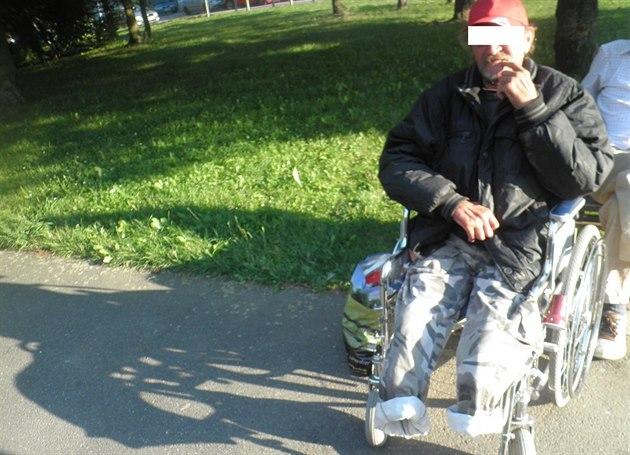 Protéza dolní končetiny odhozená v křoví patřila muži bez domova, který se na invalidním vozíčku pohybuje na Slovanech. | foto: MP Plzeň