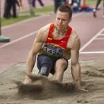 Dálkař s protézou závodí se zdravými. Pustí ho na šampionát?