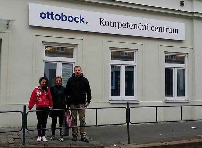 U kompetenčního centra Ottobock v Brně s maminkou a protetikem Jakubem Synkem