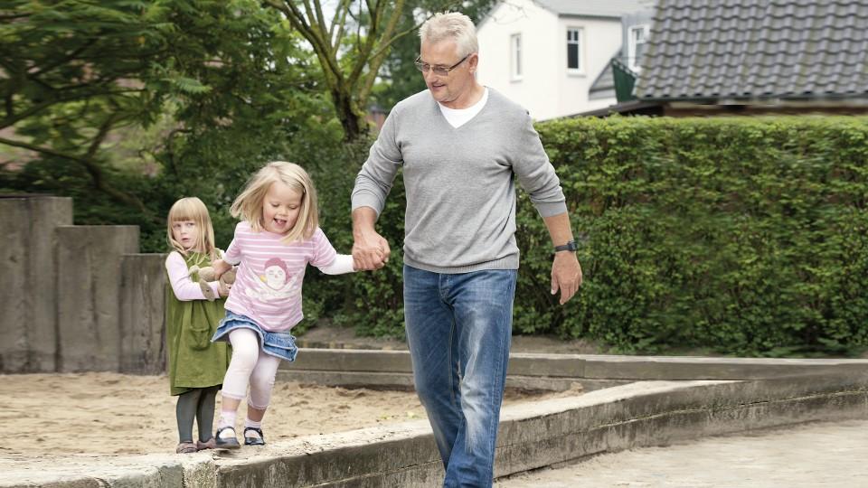 Gerhard s vnukem na hřišti