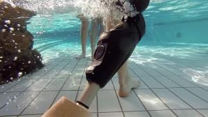 S kloubem Genium X3 se můžete sprchovat, chodit plavat i pracovat ve vlhkém prostředí.