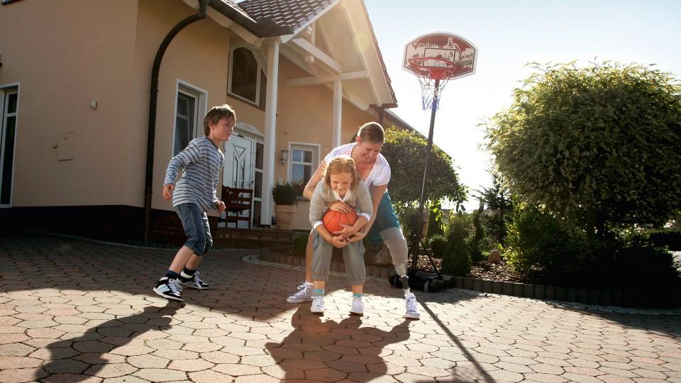 Tanja hraje s dětmi basketbal.