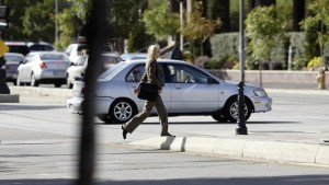 Žena s Tritonem přechází silnici.