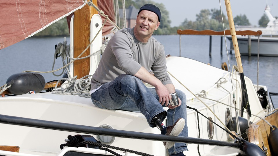 Karsten sedí v plachetnici a užívá si dne.