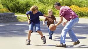 Rick hraje s dětmi baketbal.