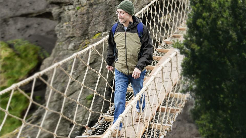 John bezpečně přechází přes most.