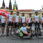 Ottobock tým se startovní horečkou na Hradčanském náměstí v Praze (Igor, Tomáš, Michal, Pavel, Hanka, Honza, Pavel a Erik)