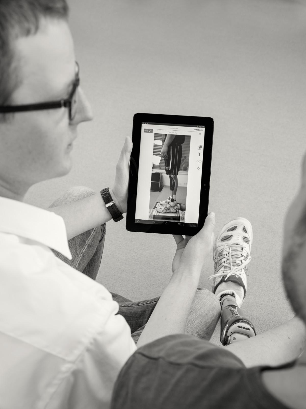 Naměřené síly se zobrazují na tabletu přes obraz pacienta