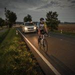 V noci jsme museli z bezpečnostních důvodů dýchat doprovodným autem cyklistovi na záda.