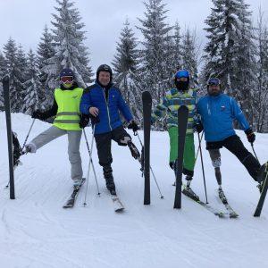 Terka, Petr, Jakub a Aleš testují lyžařskou protézu ProCarve
