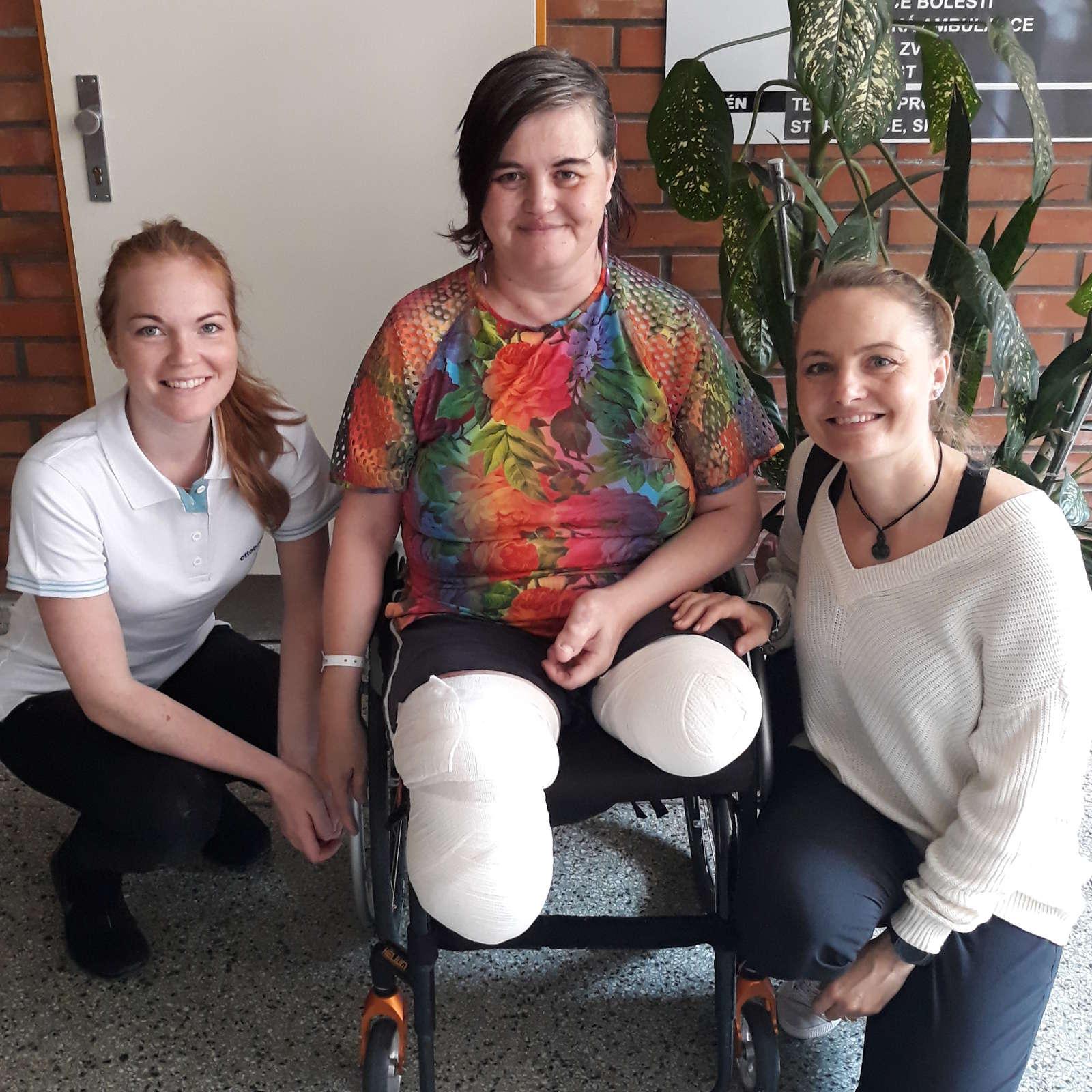 Eva s naší protetičkou Terkou a fyzioterapeutkou Hankou.